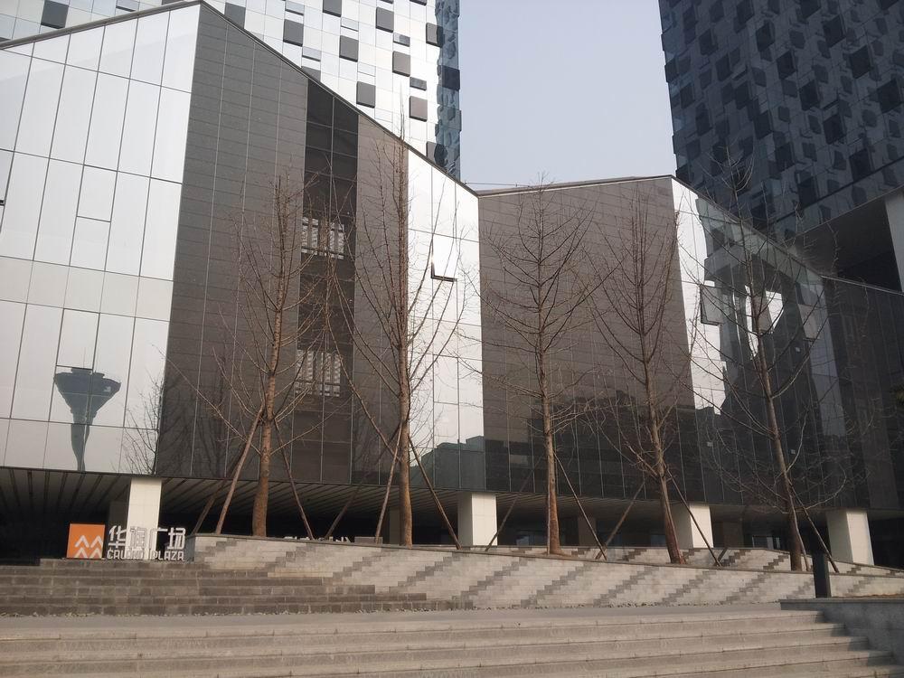 华润广场位于成都市南二环边,项目北临二环路,西临府河及420